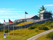 Muros de madera del Fuerte Bulnes y banderas de Chile