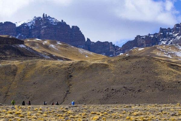 Grupo haciendo trekking en Sierra Baguales