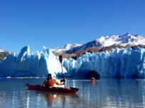Kayak en el paredón de hielo del Glaciar Grey