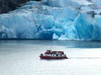 Paredón de hielo y embarcación