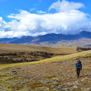 Persona haciendo trekking en la pampa de Sierra Baguales