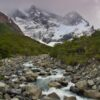 Río con montañas atrás
