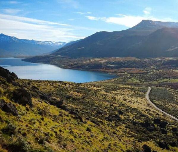 Laguna entre montañas en la Patagonia