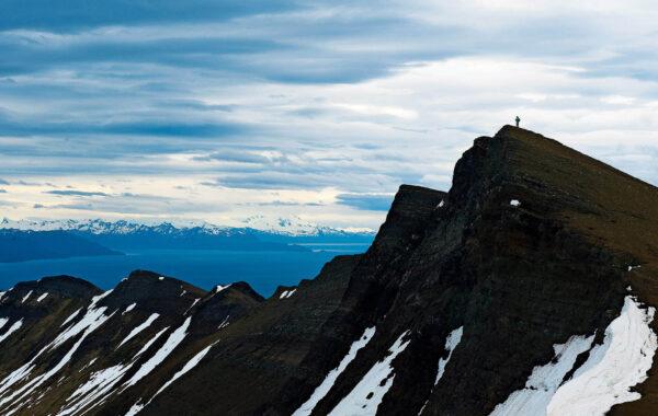 Cima de montaña con persona en la cumbre