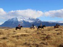 Grupo durante cabalgata con vista a las Torres del Paine