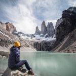 Persona en la base de las Torres del Paine