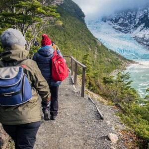 Personas en el Glaciar Serrano, ubicado en la Patagonia