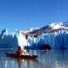 Personas en kayak en el Lago Grey