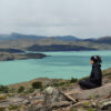Persona con vista al Lago Pehoé en el Parque Torres del Paine