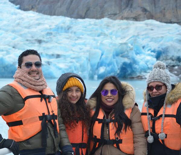 Personas en navegación en el Lago Grey