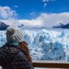 Persona con el Glaciar Perito Moreno de fondo
