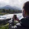 Persona fotografiando el río Paine